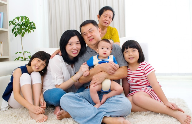 Mooie aziatische familie van 3 generaties