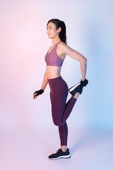 Mooie aziatische fitnessesvrouw in studio