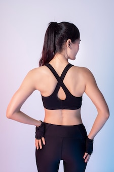 Mooie aziatische fitnessesvrouw