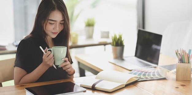 Mooie aziatische freelancer die aan haar project werkt