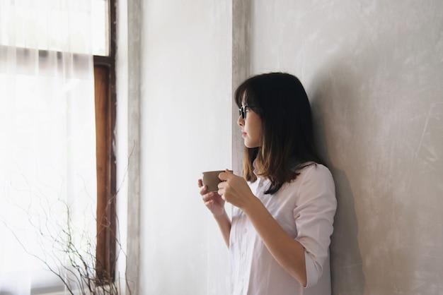 Mooie aziatische jonge dame portriat - het concept van de gelukkige vrouw levensstijl
