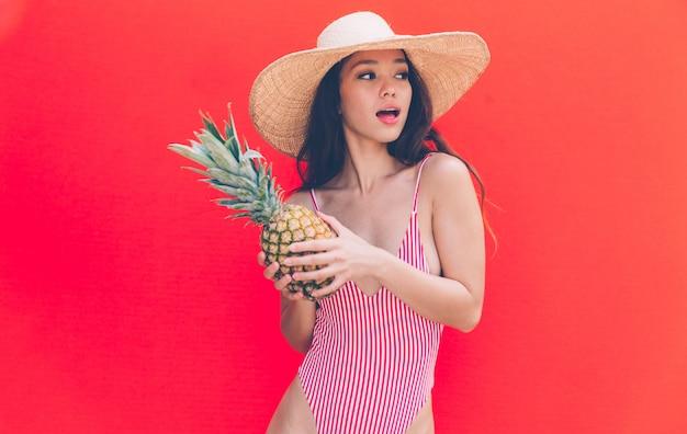 Mooie aziatische jonge vrouw met bikini.