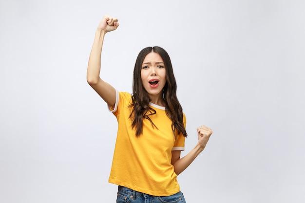 Mooie aziatische jonge vrouw opgewonden en blij met succes