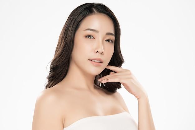 Mooie aziatische jonge vrouw wat betreft zachte wangglimlach met schone en verse huidgeluk