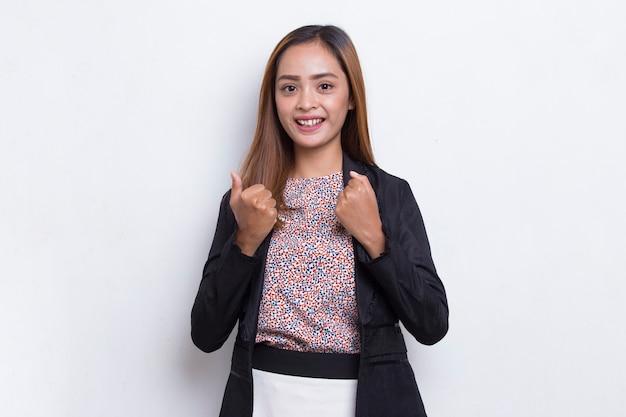 Mooie aziatische jonge zakenvrouw blij en opgewonden om de overwinning te vieren die groot succes uitdrukt