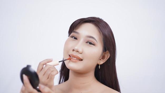 Mooie aziatische make-up spiegel voor lippen geïsoleerd op een witte achtergrond