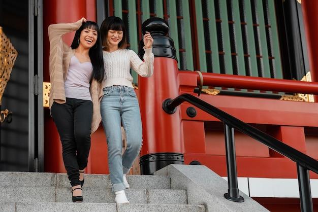 Mooie aziatische meisjes die plezier hebben