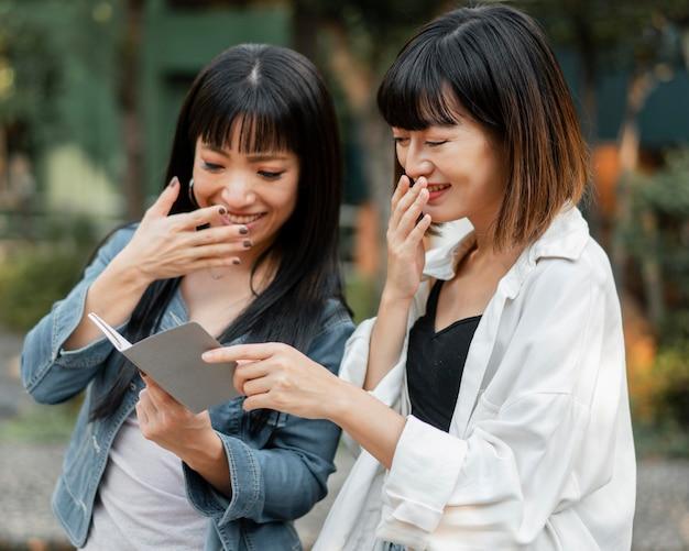 Mooie aziatische meisjes die samen plezier hebben