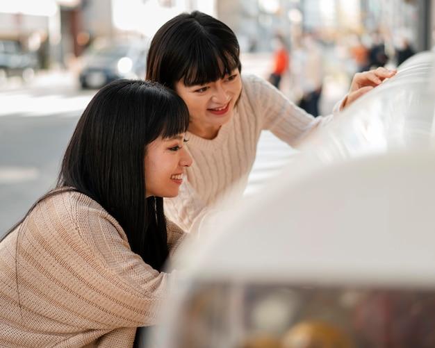 Mooie aziatische meisjes die samen winkelen
