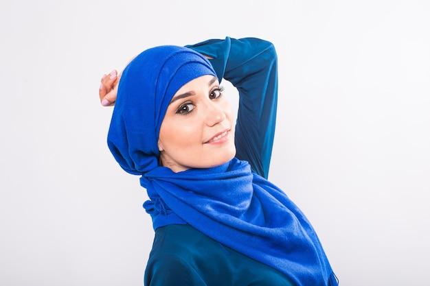 Mooie aziatische moslim vrouw model poseren op een witte achtergrond in de studio.