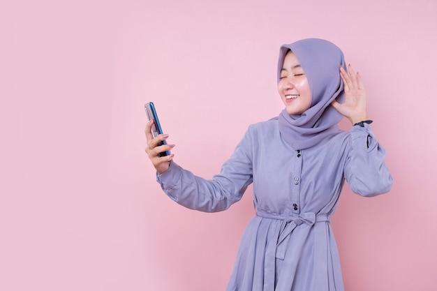 Mooie aziatische moslimvrouw in een blauwe jurk