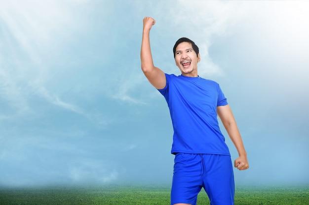 Mooie aziatische voetballervrouw met gelukkige uitdrukking