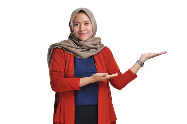 Mooie aziatische vrouw die hijab draagt die lege ruimte van het gebiedsexemplaar voorstelt dat op witte achtergrond wordt geïsoleerd