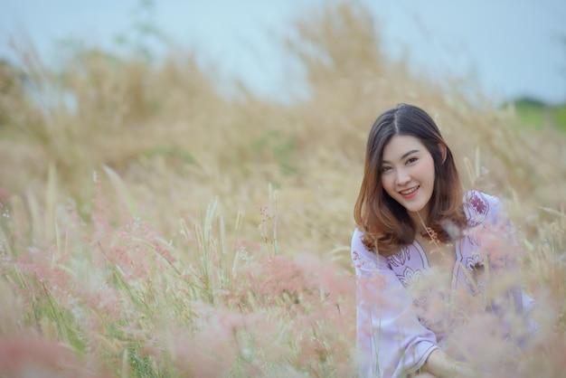 Mooie aziatische vrouw die lacht buiten in een bos.
