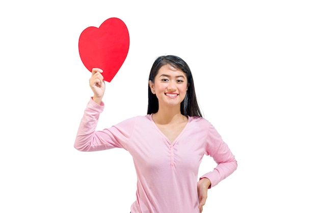 Mooie aziatische vrouw die rode document harten toont