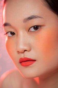 Mooie aziatische vrouw die samenstelling draagt