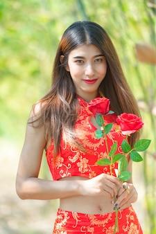 Mooie aziatische vrouw die traditionele kleding draagt