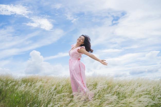Mooie aziatische vrouw heeft ze vrijheid. ze springt op de weide.