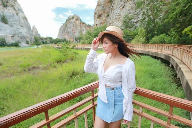 Mooie aziatische vrouw in de natuur met mooi uitzicht op de bergen