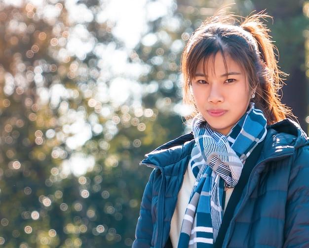 Mooie aziatische vrouw in winter kleding