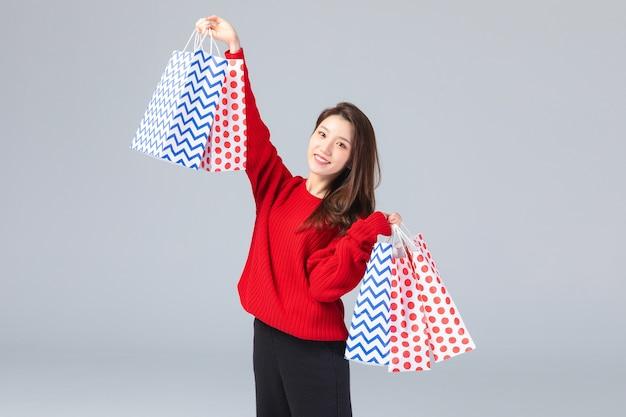 Mooie aziatische vrouw met boodschappentassen