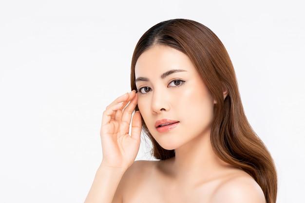 Mooie aziatische vrouw met een lichte huid gezicht aan te raken