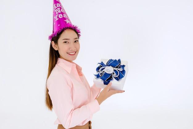 Mooie aziatische vrouw met geschenkdoos op nieuwjaarsdag op een witte achtergrond