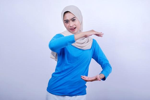 Mooie aziatische vrouw met geschokt gezichtsuitdrukking gebaren met handen, toont de grootte of hoogte van iets