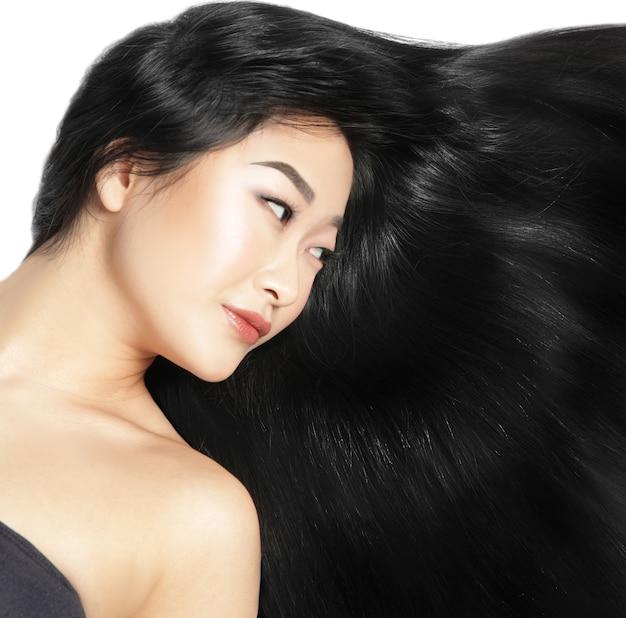 Mooie aziatische vrouw met lang steil haar op witte achtergrond