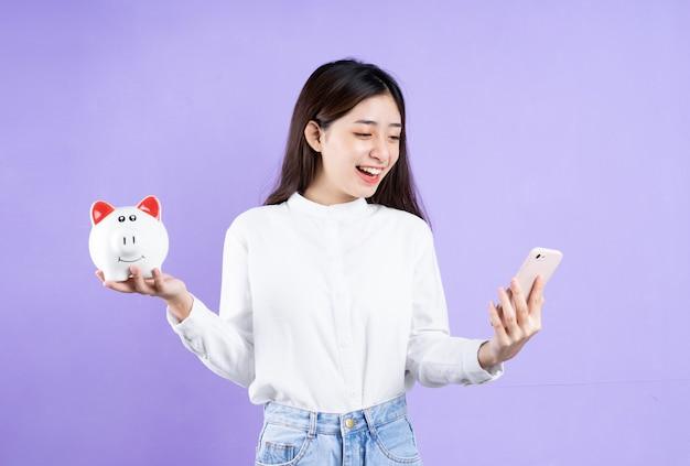 Mooie aziatische vrouw portret, geïsoleerd op paarse achtergrond
