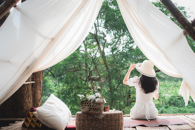 Mooie aziatische vrouwelijke toerist op haar kamer in het wild