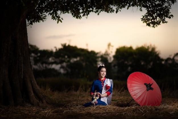 Mooie aziatische vrouwen in traditioneel thais kostuum