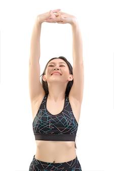 Mooie aziatische vrouwen warmen zich op voordat ze aan lichaamsbeweging en yoga doen. foto van aziatisch meisje door geïsoleerde witte achtergrond. fitness en gezonde levensstijl concept.