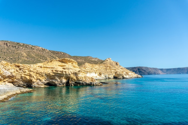 Mooie baaien op de rotsen van rodalquilar in cabo de gata op een mooie zomerdag, almeria