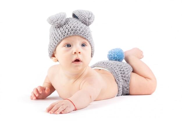 Mooie baby kleine jongen in konijn kostuum