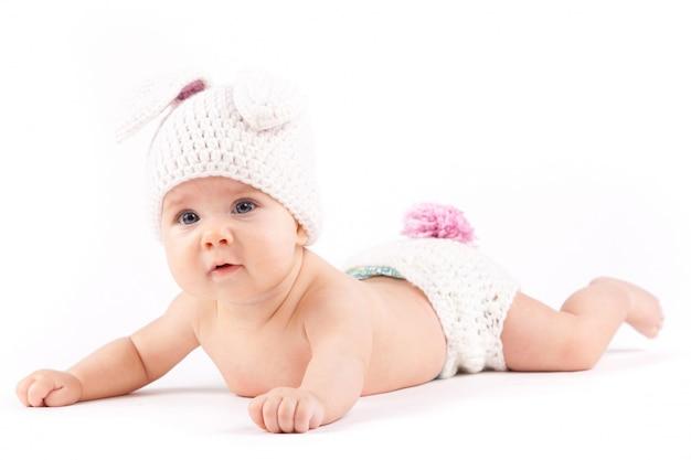 Mooie baby kleine jongen in konijnenkostuum
