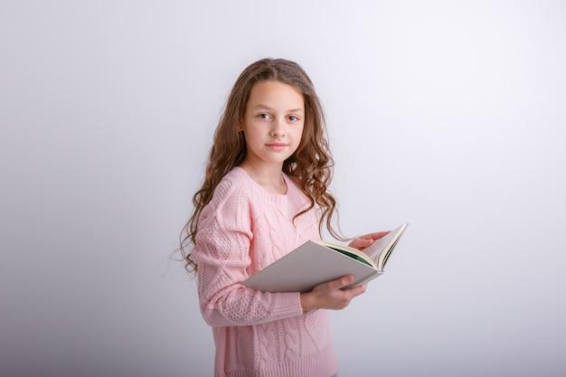 Mooie baby meisje houdt van een boek in haar handen