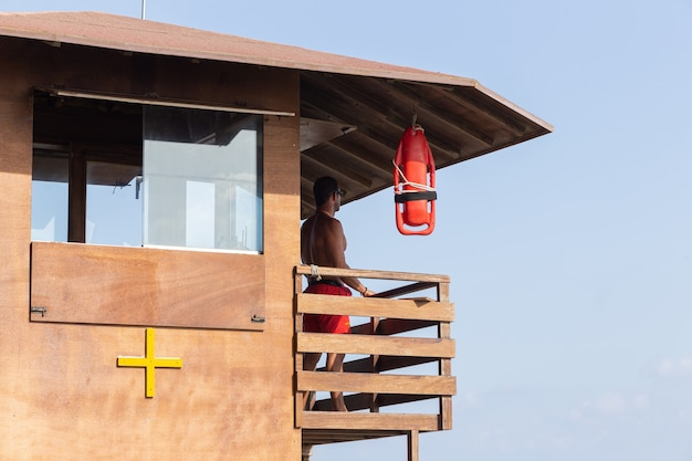 Mooie badmeester op een toren