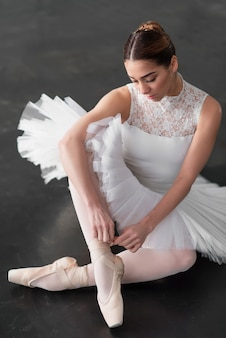 Mooie ballerina poseren in balletles
