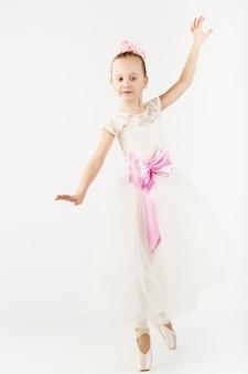 Mooie balletdanser geïsoleerd op wit
