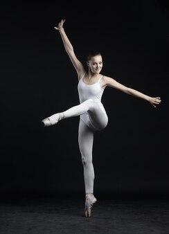 Mooie balletdanseres, moderne stijl danseres poseren op studio