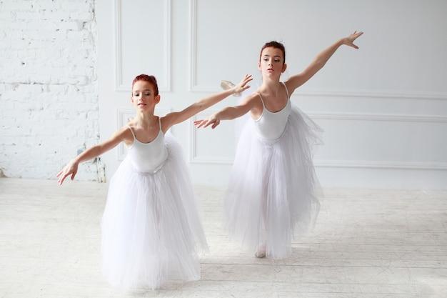 Mooie balletdansers in een witte kamer