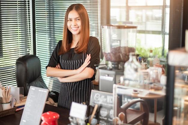 Mooie barista lacht in haar koffieshop