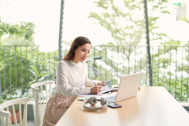 Mooie bedrijfsvrouw die een laptop computer met behulp van