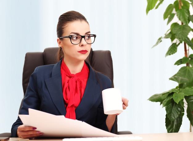 Mooie bedrijfsvrouw die in het bureau werkt
