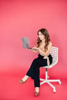 Mooie bedrijfsvrouw die terwijl het werken aan computer op haar kantoor dromen