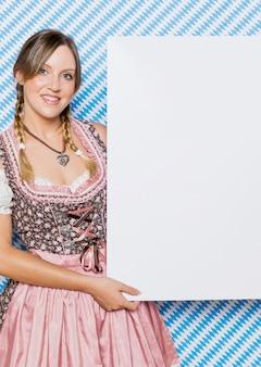 Mooie beierse jonge vrouw in kostuum