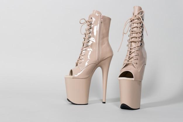 Mooie beige glimmende schoenen voor paaldansen of striptease