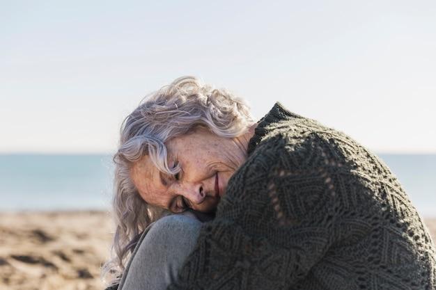 Mooie bejaarde vrouw poseren