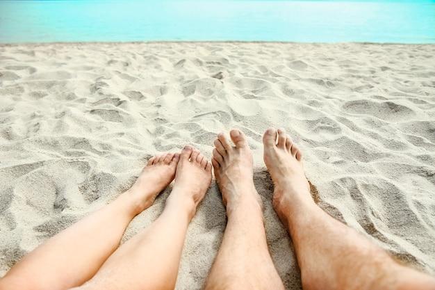 Mooie benen in het zand van de zee griekenland achtergrond
